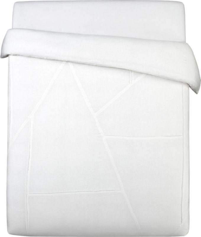 "<span class=""copyHeader"">nice threads.</span> Fashionably frayed 100% linen panels puzzle together edgy seams in fresh white on white. Duvet has nonslip corner ties and hidden button closure.<br /><br /><NEWTAG/><ul><li>100% linen</li><li>Reverses to solid white</li><li>Machine wash cold</li></ul>"